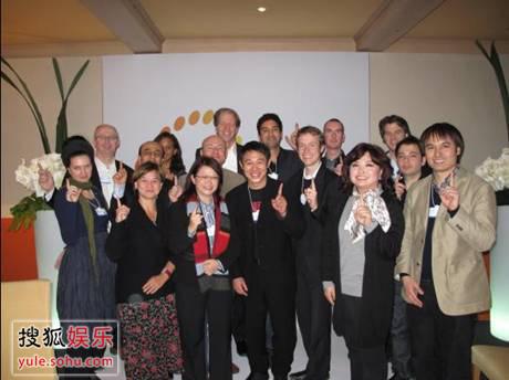 来自各国的十五位行业精英集体加入壹基金时与李连杰先生合影