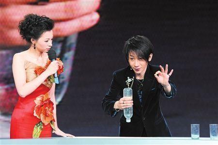 刘谦表演魔术《魔手神彩》