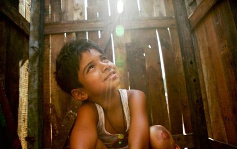 《贫民窟的百万富翁》少年剧照