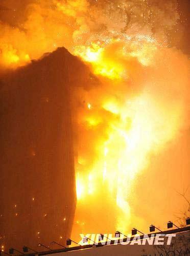2月9日21时许,北京市京广桥附近的央视新大楼北配楼发生火灾。新华社记者李文摄