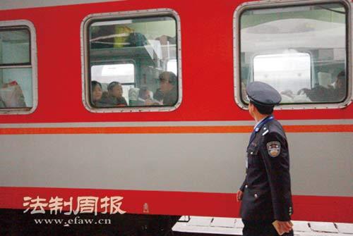 火车每到一个站,铁警都会下车巡视一圈。