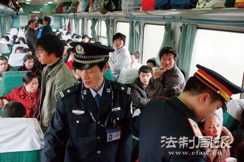 警长梁兵华与车长一起巡视,提醒大家保管好自己的行李。