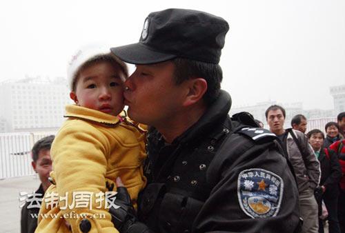 看到旅客的孩子,曹扬就会想起自己的孩子,忍不住抱起亲一下。