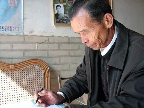 廖国良在批阅学生考卷。
