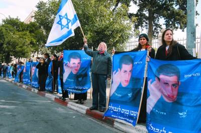 □以色列民众手持被抓走士兵沙利特图片
