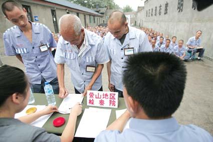7月3日,四川省广元市中级人民法院宣读完对在地震中具有重大立功表现的王某、徐某等8名服刑人员的假释裁定书,广元监狱干警们为王某等人发出了假释证明书。这8名服刑人员,随即登上护送他们回家的警车。据了解,四川省有436名服刑人员在汶川地震中因立功获得减刑,605名服刑人员被记功,1189名服刑人员受表扬。王颖摄