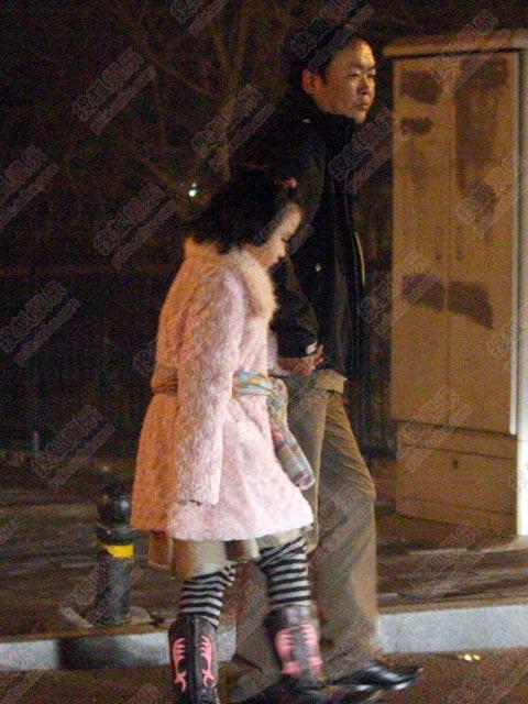 高希希与女儿兴致勃勃看烟花