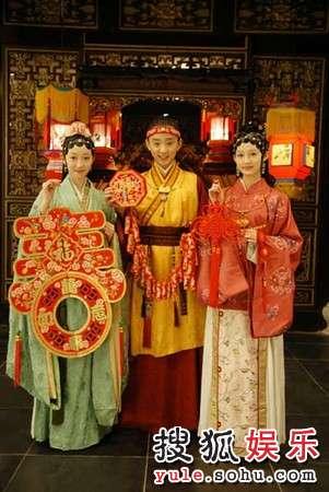 新《红楼梦》宝黛钗拜年照(左起:蒋梦婕、于小彤、李沁)