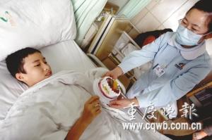 护士正在给吴春萍喂蛋糕 记者 史宗伟 摄