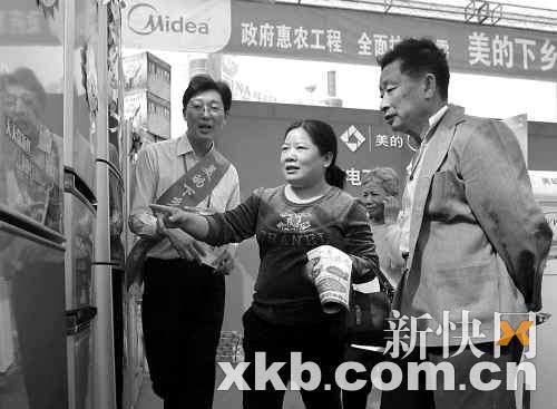 ■番禺一户农民在选购冰箱。 新快报记者 宁彪/摄