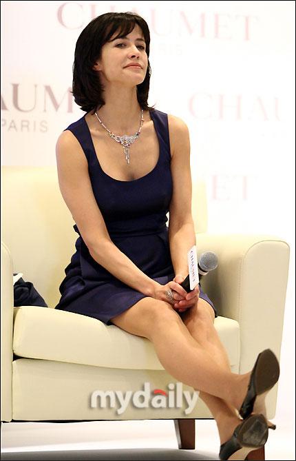 组图:苏菲玛索韩国代言蓝裙