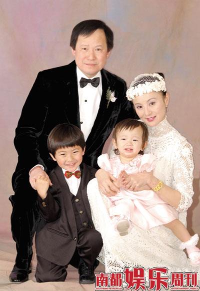 2001年12月李赛凤与罗启仁的结婚照,好景不长的婚姻终于在2007年的夏天骤然爆裂。