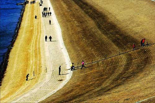 设计蓄水量达13亿立方米的河南境内第二大水库———洛阳陆浑水库,如今存水量只剩下2亿立方米,露出来的坝体成为嵩县人散步玩耍的场所。记者郭现中摄