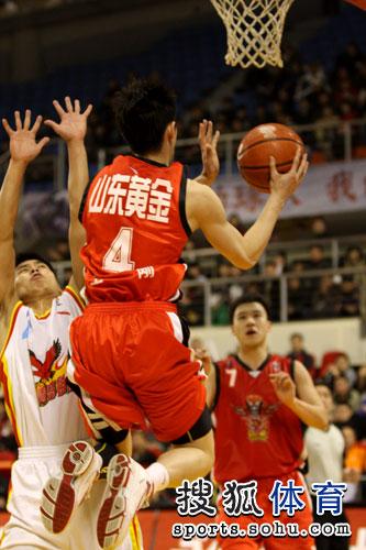 图文:青岛主场对阵山东 王刚飞身上篮