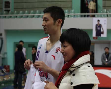 图文:上海男篮1分险胜北京 刘炜与球迷