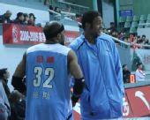 图文:上海男篮1分险胜北京 外援密聊