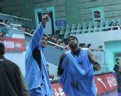 图文:上海男篮1分险胜北京 被看台吸引