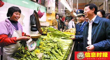 今年春节前,曹鉴燎副市长在荔湾区龙津路检查节日市场与档主们亲切交谈。(资料图片)信息时报记者 陈文杰 摄