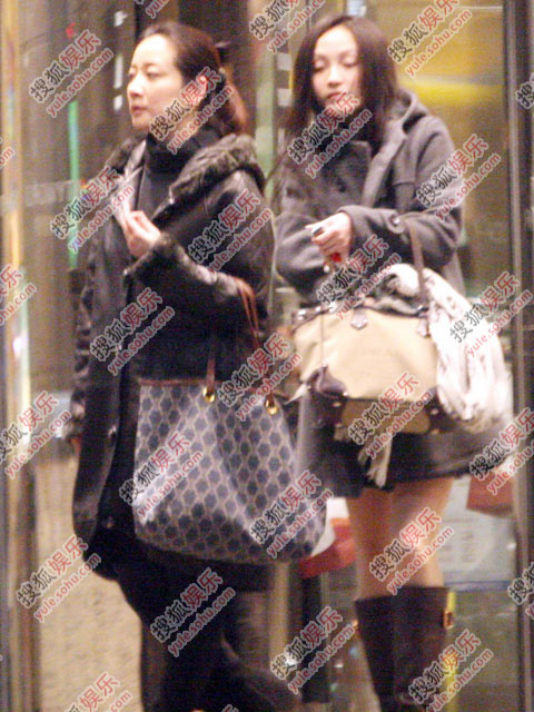 陈小艺和一名漂亮的年轻女子走出了