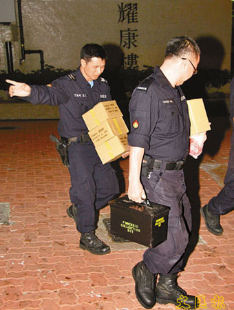 香港 万象/香港警方爆炸品处理组人员在屋内检走一批爆炸品及自制炸弹装置...
