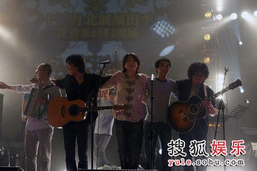 左起:张玮玮、马条、老狼、万晓利、龙隆