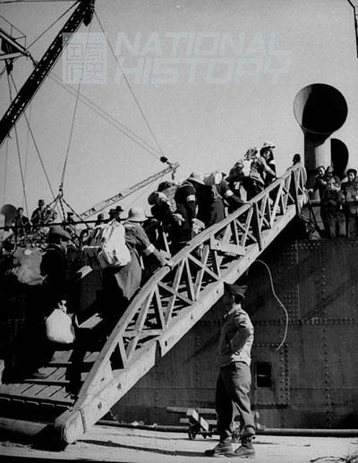 1945年12月1日,日本侨民登上将带他们回日本的船。图/CFP