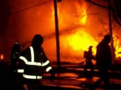 救援人员正在飞机坠毁现场奋力灭火。