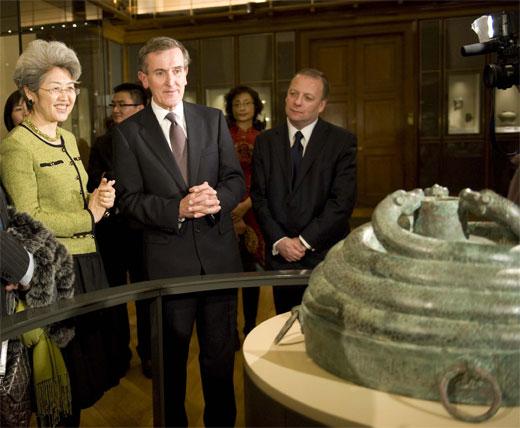 中英领导参观中国青铜玉器