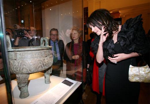 萨拉 布莱曼参观中国青铜玉器展