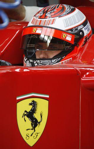 图文:F1车队巴林国际赛道试车 莱科宁在赛车中