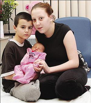 艾尔菲·帕顿和女友以及他们的孩子。