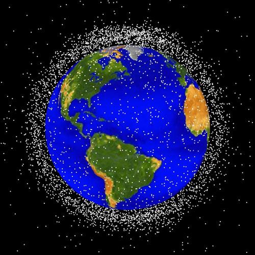 图片中密密麻麻的空间碎片像蚕茧一样包围着地球,可以想象,太空碎片如果密集到一定程度,任何东西都将无法进入太空轨道。