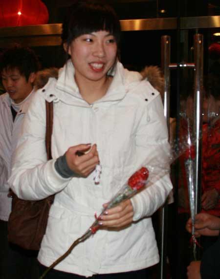 WCBA全明星女篮宴会 张晓妮拿玫瑰开心笑