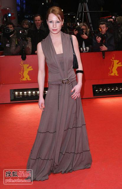 图:闭幕式红毯 女星波奇特棕色长裙优雅迷人