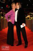 图:闭幕式红毯 主持人Buechner和老公大秀热吻