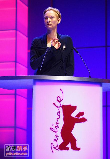 柏林电影节评委会主席蒂尔达登台讲话