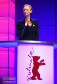 组图:柏林电影节评委会主席蒂尔达登台讲话