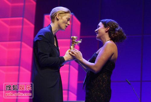 :《伤心的奶水》获最佳影片金熊奖 评委会主席蒂尔达为克洛蒂亚颁奖