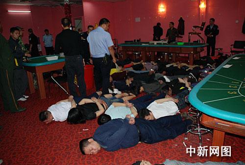 广东南海警方捣毁一地下赌场61人被当场抓获(图)