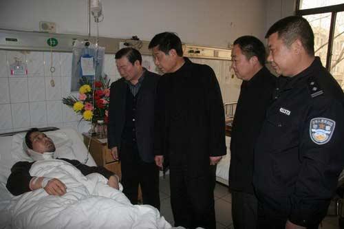 南阳监狱领导到医院看望慰问赵振中同志