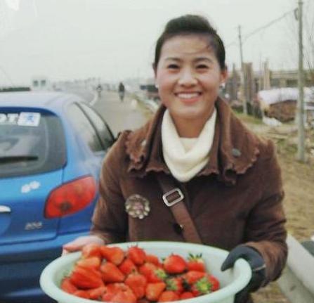 宋晓丽手捧草莓