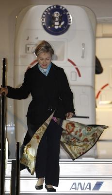 """昨晚,希拉里身着一袭""""日本风""""大衣迈出机舱,抵达她为期一周的亚洲四国行首站——日本。新华/路透"""