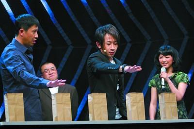 刘谦在节目中表演魔术
