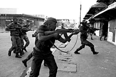 马达加斯加警察持枪驱散示威者