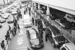 ■ 今天上午,中山北路的二手车市场,不少黄牛在寻找目标本报记者 周馨 摄