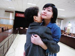 得知张笑获得减刑,母亲和她相拥而泣。