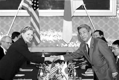 17日,希拉里(左)与日本外相中曾根弘文举行会谈。