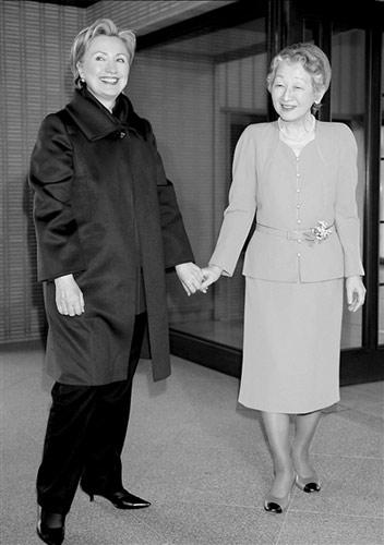 日本皇后美智子(右)在皇宫接见希拉里。新华社发