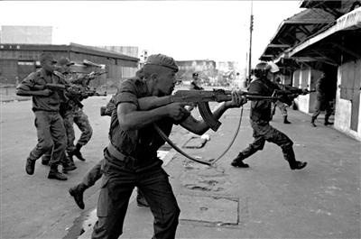 图为示威民众和警察发生冲突。 图/东方IC