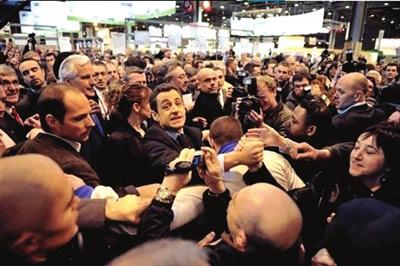 3.去年2月,萨科齐在巴黎一次展览会上对一拒绝与他握手的民众破口大骂